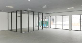 przeszklony boks w części biurowej - inwestycja dla producenta drzwi, firmy Turenwerke, zrealizowana pod klucz, przez firmę CoBouw, w woj. śląskim, w Stanowicach