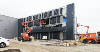 zaawansowany etap budowy budynku biurowego - budowa hali w Stanowicach, w woj. śląskim, przez CoBouw Polska, dla firmy Turenwerke