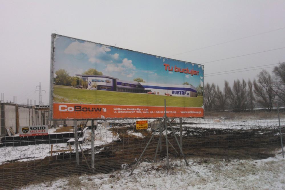 baner reklamowy na tle inwestycji - hala magazynowa z budynkiem biurowym, dla Hurtap SA, Głogów