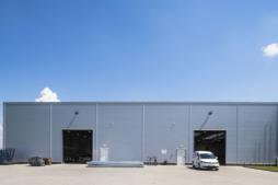 bramy w hali - hala produkcyjno-magazynowa z budynkiem socjalno-biurowym, dla firmy Vito Polska, branża okienna, woj. lubelskie