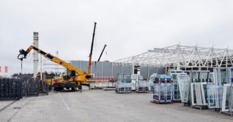 widok na konstrukcję wiaty - hala dla producenta okien, firmy AdamS, z Mrągowa, w woj. warmińsko-mazurskim