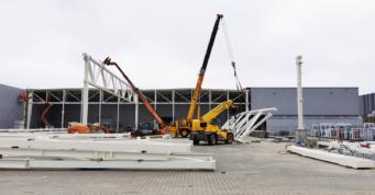 podnoszenie elementów komstrukcji głównej - hala dla producenta okien, firmy AdamS, Mrągowo, woj. warmińsko-mazurskie
