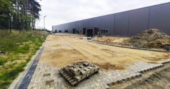 prace drogowe wokół hali - budynek produkcyjno-magazynowy, dla firmy Viscon, budowa przez CoBouw Polska, na terenie Słupskiej SSE, w Płaszewku