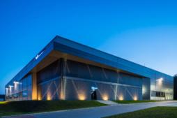 budynek socjalno-biurowy, widok nocny - hala produkcyjno-magazynowa z częścią socjalno-biurową, dla Viscon Real Estate Poland, zrelizowana przez CoBouw Polska, woj. pomorskie, Płaszewko