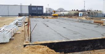 przygotowany chudy beton pod warstwy posadzkowe - stalowa hala produkcyjna, firma Addit, branża metalowa, realizacja CoBouw Polska