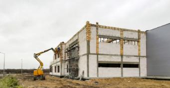 część biurowa w budowie - 12.000 m2 hali produkcyjno-magazynowej, dla Fagum-Stomil, inwestycja w Łukowie, w woj. lubelskim