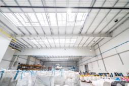 część produkcyjna hali od środka - hala produkcyjno-magazynowa z częścią socjalno-biurową, dla Plasteam, Łubna, woj. mazowieckie