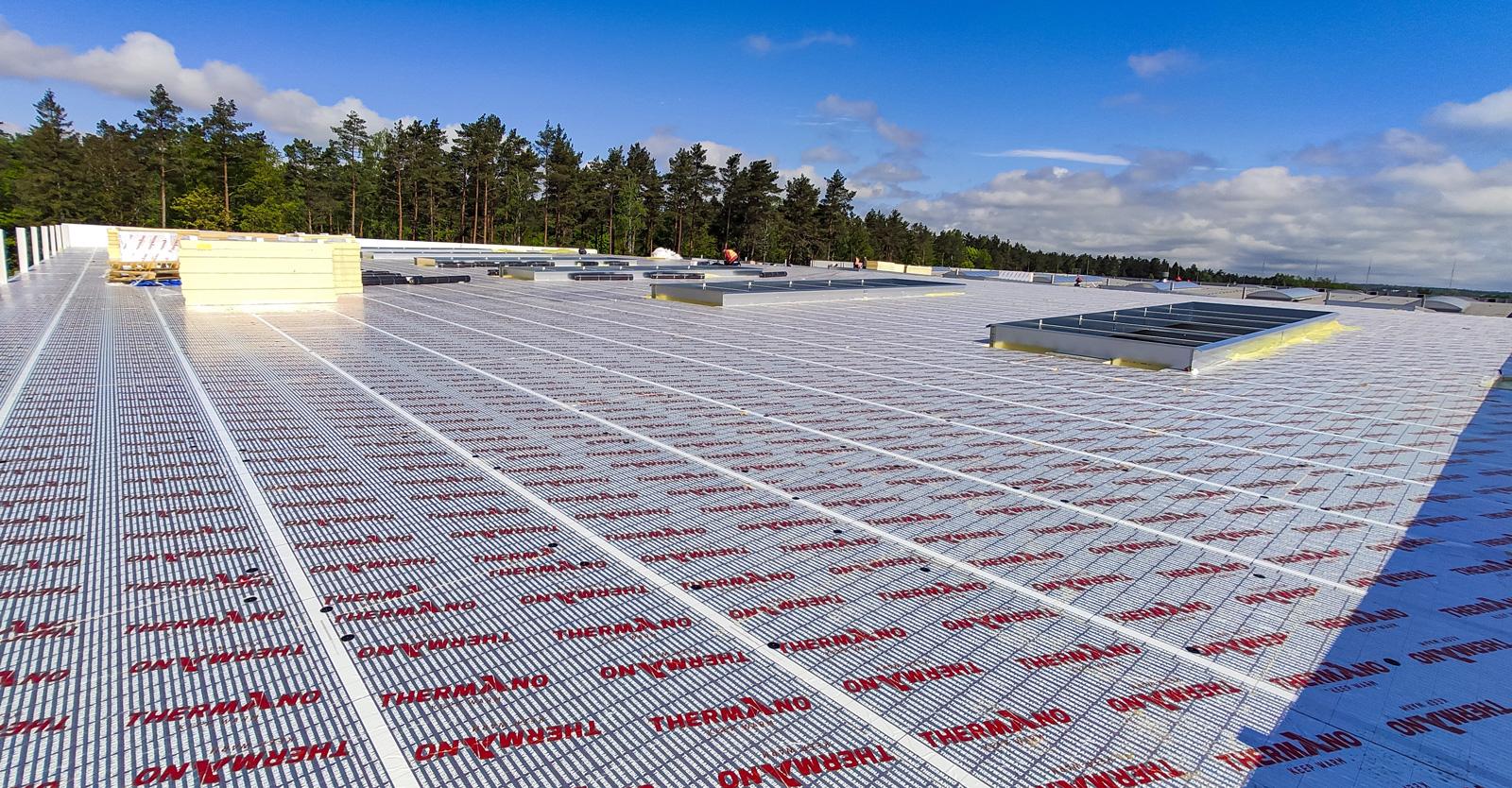 izolacja termiczna dachu hali - realizacja hali produkcyjno-magazynowej, o powierzchni 3.500 m2, dla Viscon Group Poland, Płaszewko, woj. pomorskie