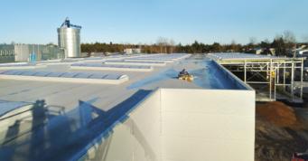 dach hali po montażu świetlików - budowa inwestycji, dla Meblomaster, przez firmę CoBouw, w woj. mazowieckim