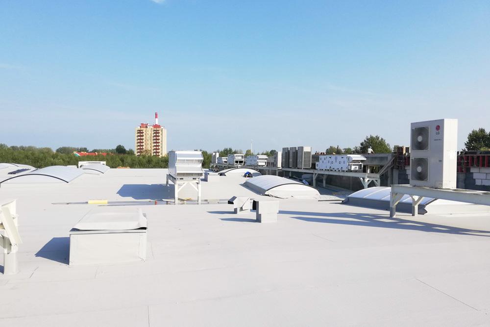 urządzenia wentylacyjne na dachu hali - hala produkcyjno-magazynowa z częścia socjalno-biurową, dla Linea, Koszalin, woj. zachodniopomorskie