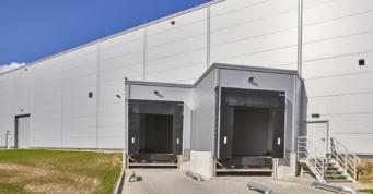 widok na doki w hali - obiekt produkcyjno-magazynowy, o powierzchni 7.000 m2, wybudowany w Łobzie, w woj. zachodniopomorskim, dla firmy Kentaur