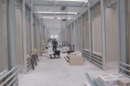 wnętrze hali w trakcie budowy - boksy handlowe, dla Centrum Handlowe EACC, Wólka Kosowska, woj. mazowieckie