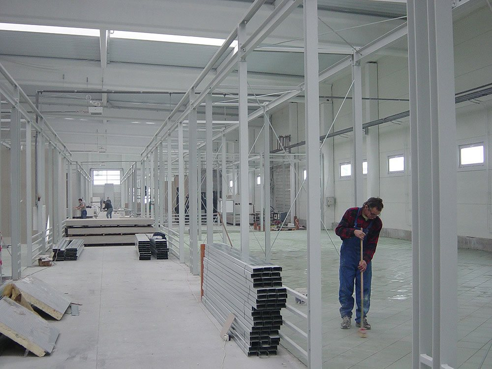 wnętrze hali w trakcie budowy 1 - boksy handlowe, dla Centrum Handlowe EACC, Wólka Kosowska, woj. mazowieckie