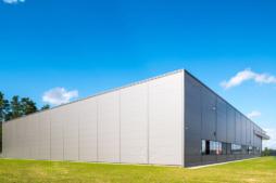 elewacja hali z płyt warstwowych w układzie poziomym - zakład produkcyjno-magazynowy z częścią socjalno-biurową, dla Viscon Real Estate Poland, branża maszynowa dla rolnictwa i przemysłu spożywczego, woj. pomorskie