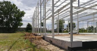 fundamenty i konstrukcja hali stalowej - hala produkcyjno-magazynowa, dla Fagum-Stomil, branża obuwnicza, Łuków, woj. lubelskie