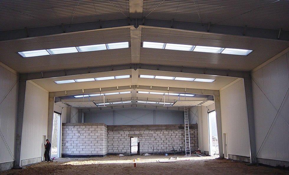 wnętrze hali w trakcie budowy - hala magazynowa z częścią biurową, dla Poland Fur Production, Leszczno, woj. zachodniopomorskie