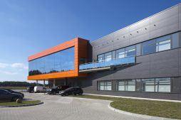 balkon na ścianie frontowej - hala produkcyjno-magazynowa z budynkiem biurowym, dla Lidermax, Łukowo, woj. mazowieckie