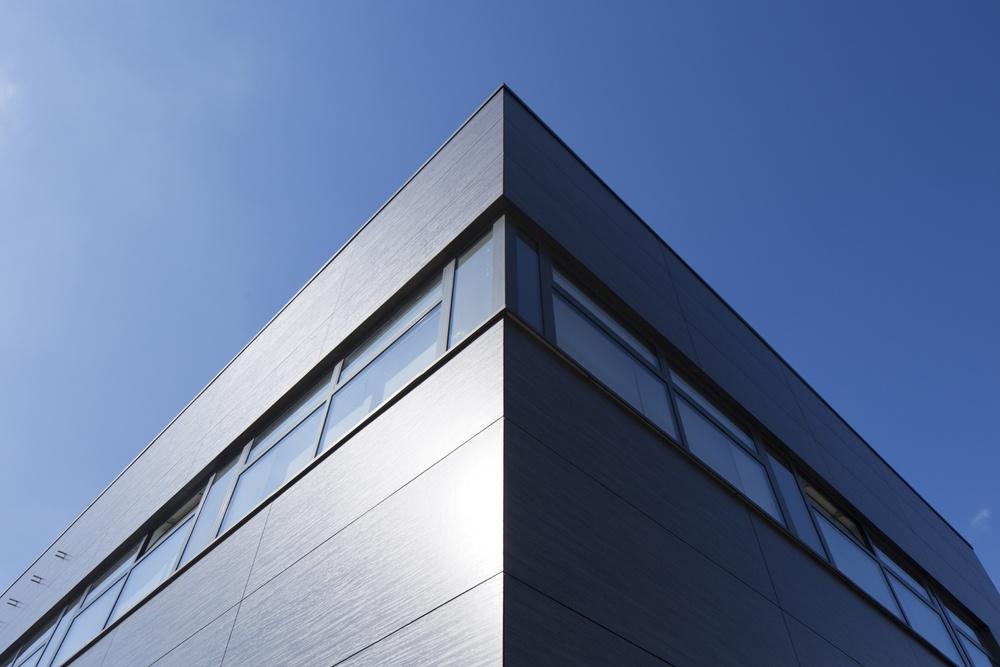 zbliżenie na panele elewacyjne - hala produkcyjno-magazynowa z budynkiem biurowym, dla Lidermax, Łukowo, woj. mazowieckie