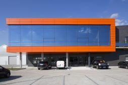 zbliżenie na część biurową - hala produkcyjno-magazynowa z budynkiem biurowym, dla Lidermax, Łukowo, woj. mazowieckie