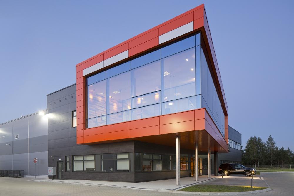 zbliżenie na część biurową 1 - hala produkcyjno-magazynowa z budynkiem biurowym, dla Lidermax, Łukowo, woj. mazowieckie