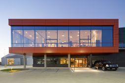 zdjęcie nocne części biurowej - hala produkcyjno-magazynowa z budynkiem biurowym, dla Lidermax, Łukowo, woj. mazowieckie