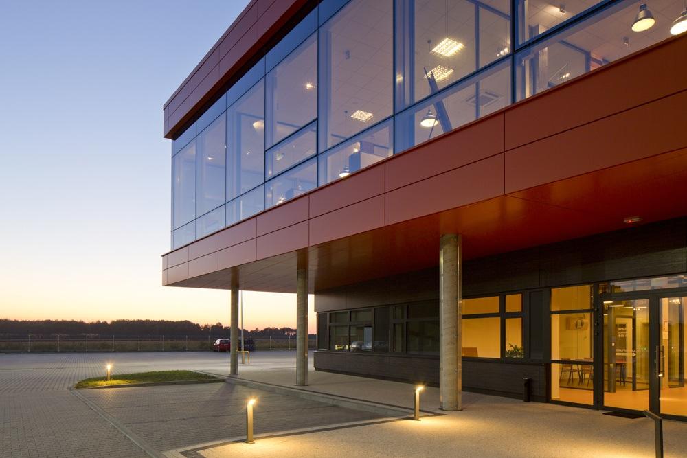 wejście główne do budynku - hala produkcyjno-magazynowa z budynkiem biurowym, dla Lidermax, Łukowo, woj. mazowieckie