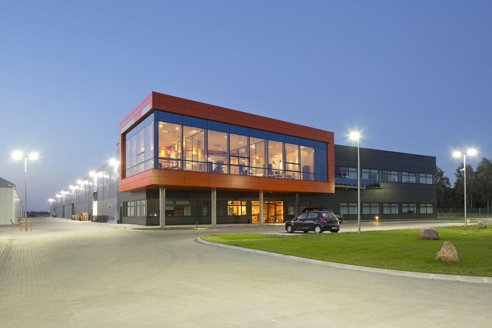 zdjęcie nocne ogólne - hala produkcyjno-magazynowa z budynkiem biurowym, dla Lidermax, Łukowo, woj. mazowieckie