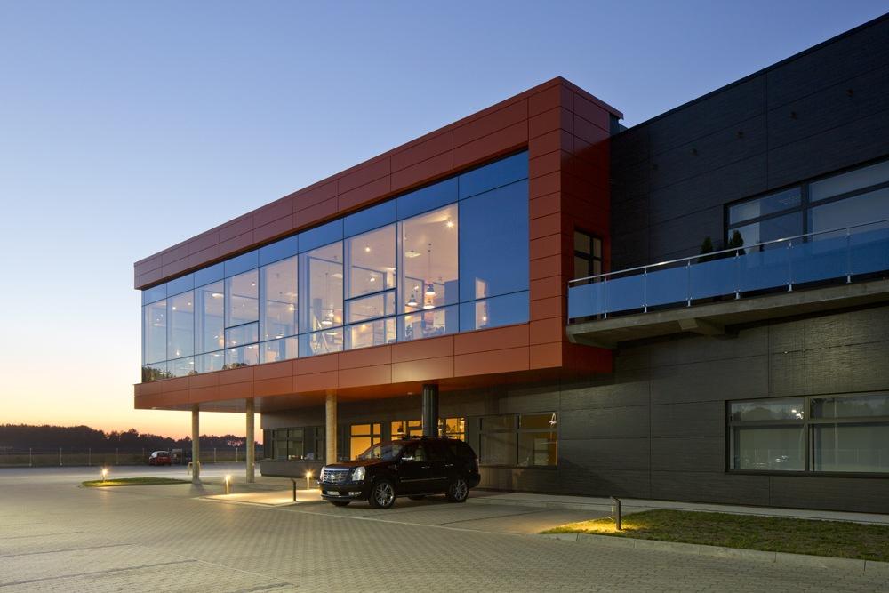 zbliżenie na część biurową 2 - hala produkcyjno-magazynowa z budynkiem biurowym, dla Lidermax, Łukowo, woj. mazowieckie