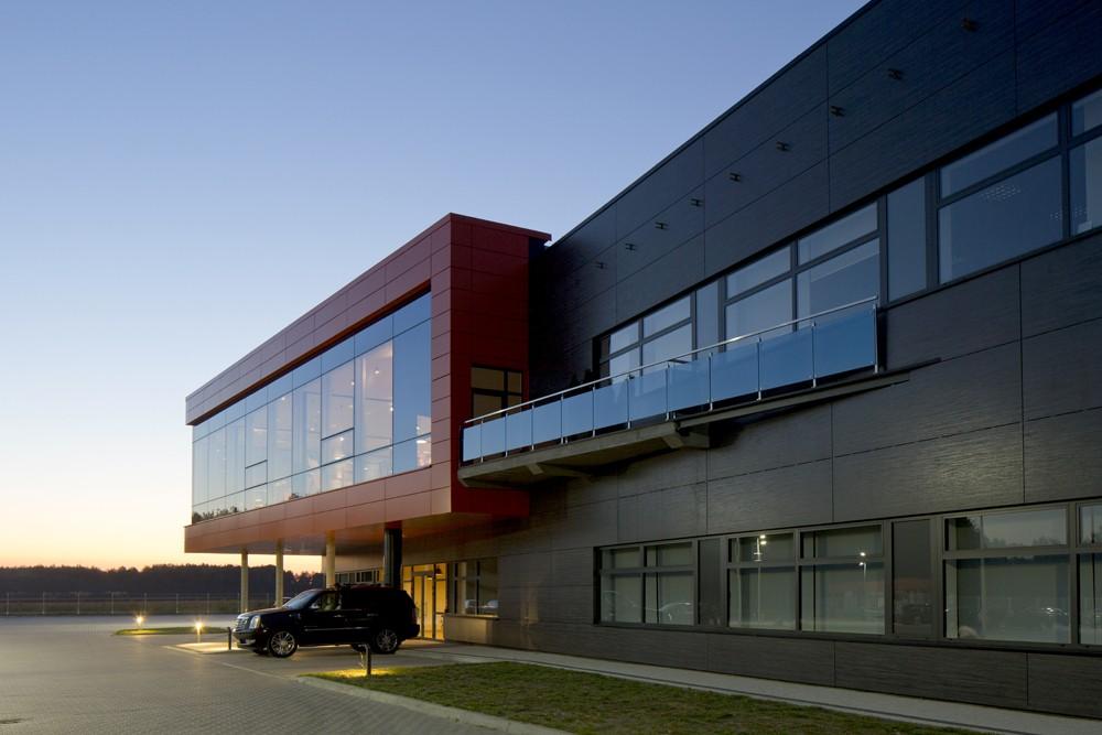 zbliżenie na część biurową 3 - hala produkcyjno-magazynowa z budynkiem biurowym, dla Lidermax, Łukowo, woj. mazowieckie