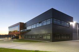 zdjęcie nocne ogólne 1 - hala produkcyjno-magazynowa z budynkiem biurowym, dla Lidermax, Łukowo, woj. mazowieckie