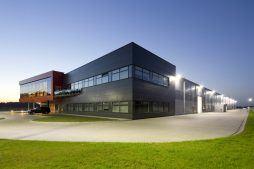 zdjęcie nocne ogólne 2 - hala produkcyjno-magazynowa z budynkiem biurowym, dla Lidermax, Łukowo, woj. mazowieckie