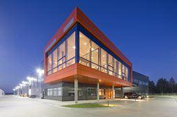 zdjęcie nocne ogólne 3 - hala produkcyjno-magazynowa z budynkiem biurowym, dla Lidermax, Łukowo, woj. mazowieckie