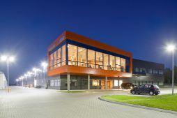 widok ogólny nocą - hala produkcyjno-magazynowa z budynkiem biurowym, dla Lidermax, Łukowo, woj. mazowieckie