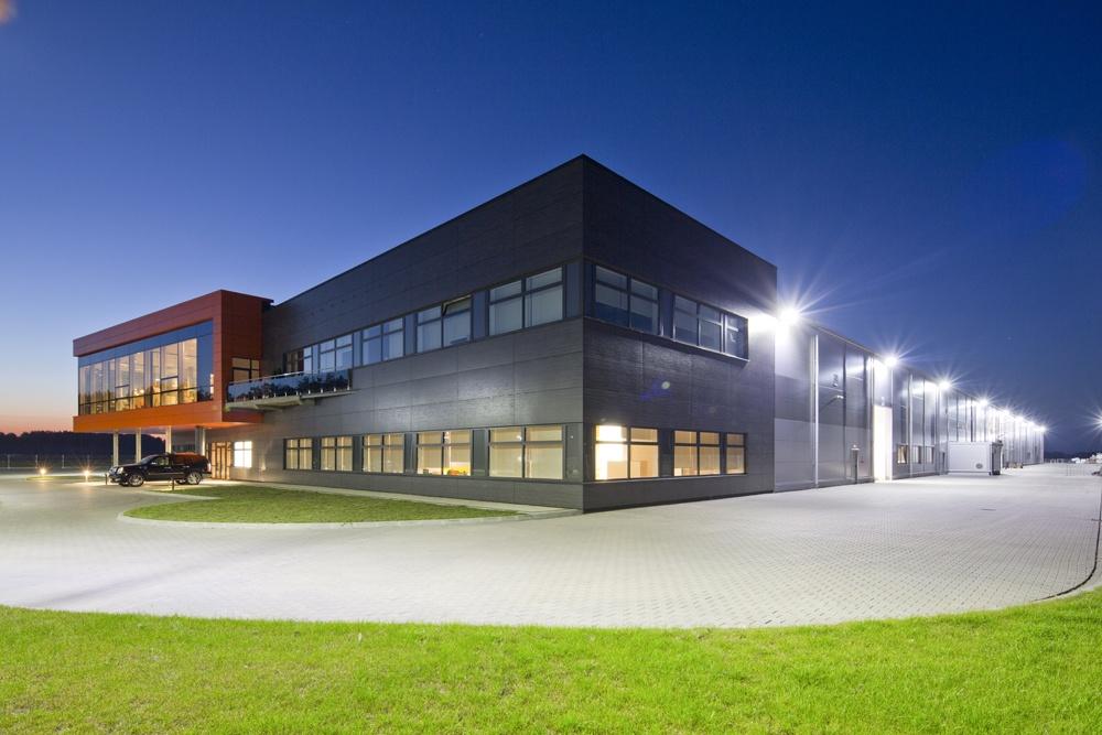 widok ogólny nocą 1 - hala produkcyjno-magazynowa z budynkiem biurowym, dla Lidermax, Łukowo, woj. mazowieckie