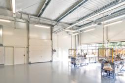 maszyny produkcyjne w hali - hala produkcyjno-magazynowa z budynkiem biurowym, Dreampen, Zielona Góra, woj. lubuskie
