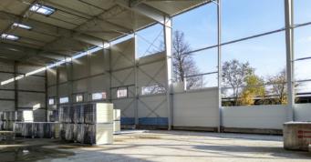 hala od wewnątrz, montaż płyt warstwowych - hala produkcyjno-magazynowa, w Łukowie, w woj. lubelskim, realizowana dla Fagum-Stomil, przez CoBouw Polska