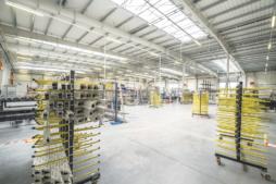 wnętrze hali produkcyjnej - hala produkcyjno-magazynowa z budynkiem socjalno-biurowym, dla firmy Vito Polska, Międzyrzec Podlaski, woj. lubelskie
