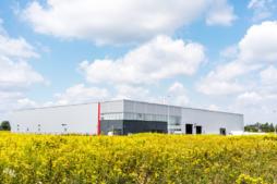 produkcyjna hala stalowa - hala produkcyjno-magazynowa z częścią socjalno-biurową, dla firmy Plasteam, Łubna
