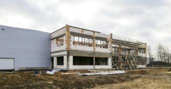 hala z częścią socjalną w budowie - inwestycja dla firmy Fagum Stomil, branza obuwnicza, w Łukowie, w woj. lubelskim, projekt i budowa CoBouw Polska