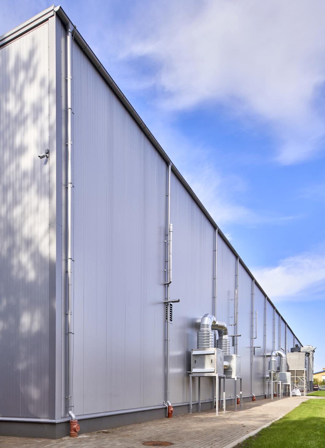 instalacje wentylacyjne na zewnątrz hali - hala produkcyjno-magazynowa, dla CSA, budowa w formule zaprojektuj i zbuduj, przez CoBouw Polska, w Steżycy, woj. pomorskie