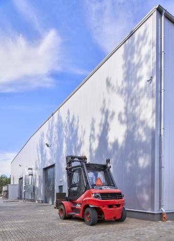 wózek widłowy przy hali produkcyjno-magazynowej - budowa hali produkcyjno-magazynowej dla CSA, branża metalowa, woj. pomorskie