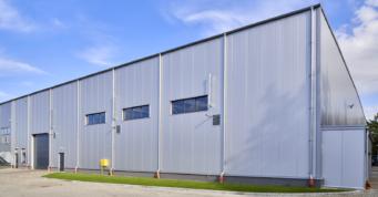 widok na halę od strony placu manewrowego - hala w konstrukcji stalowej, dla CSA, branza metalowa, Stężyca, woj. pomorskie