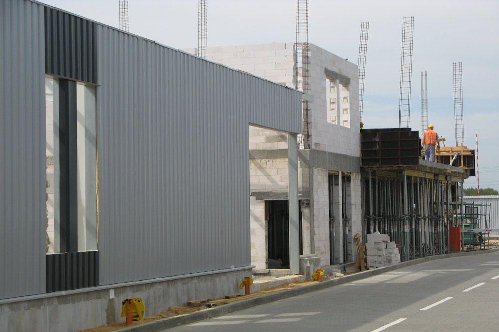 elewacja w trakcie budowy - hala produkcyjna z budynkiem biurowym, dla Eurocolor, Pyskowice, woj. śląskie