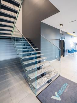 hol wejściowy i schody - zakład produkcyjno-magazynowy z częścią socjalno-biurową, dla Viscon Real Estate Poland, zrelizowany przez CoBouw Polska, woj. pomorskie, Płaszewko