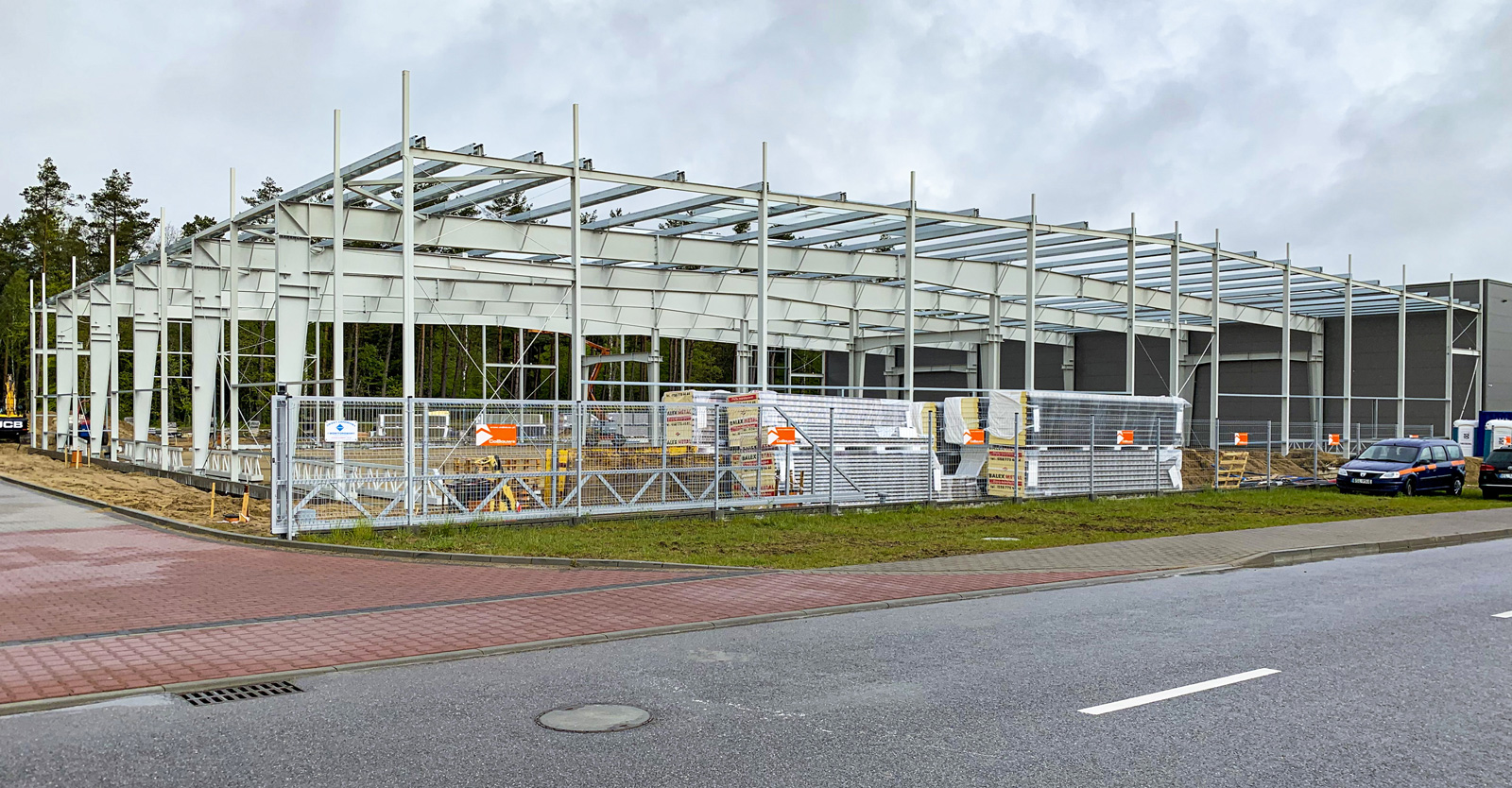 konstrukcja przed montażem obudowy dachowej i ściennej - budowa pod klucz, w Płaszewku, na terenie Słuoskiej SSE, dla Viscon Group Polska