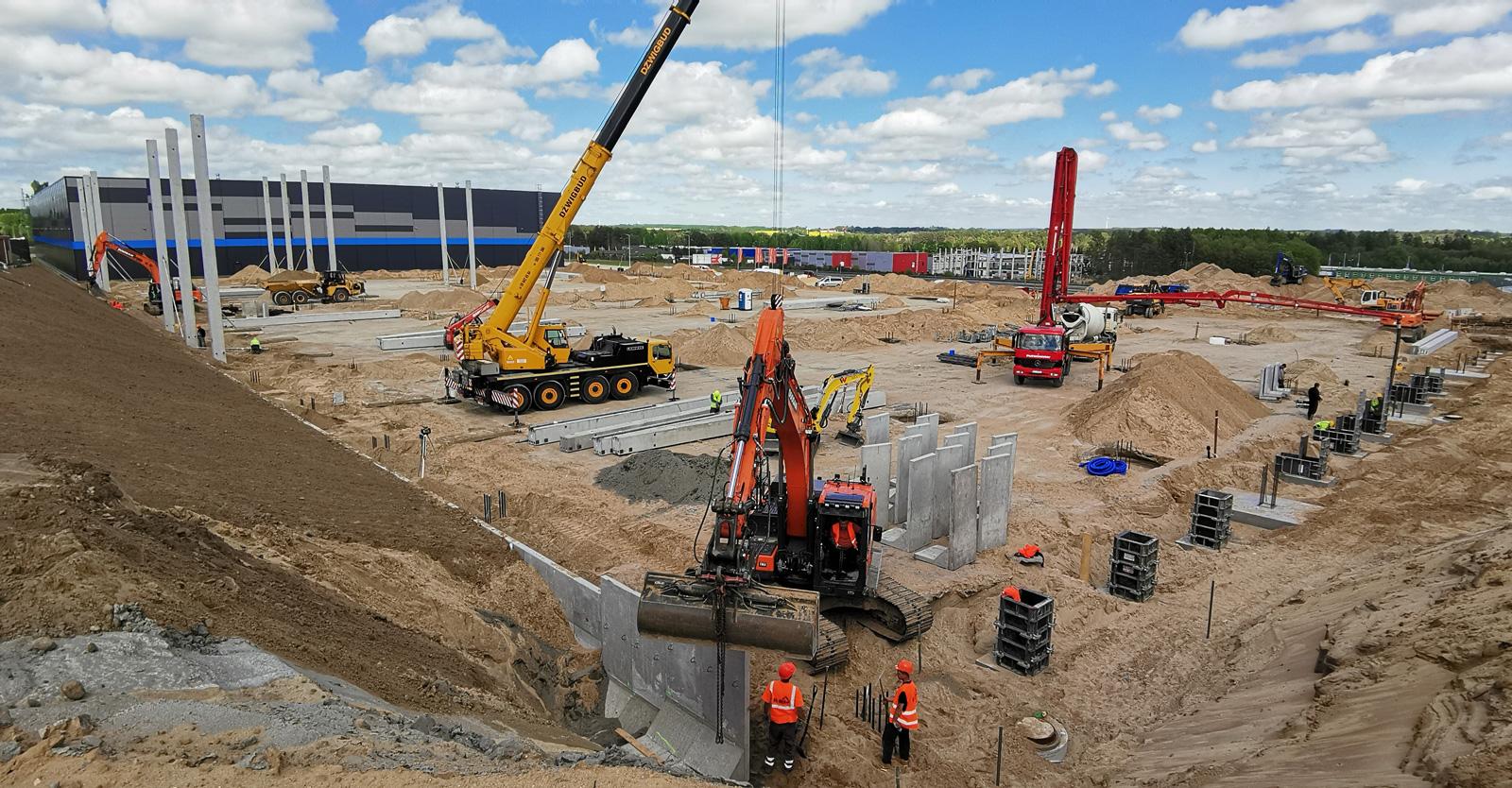montaż prefabrykowanych elementów konstrukcji - hala logistyczna, dla Indeka Logistic City, Płaszewko k. Słupska, woj. pomorskie