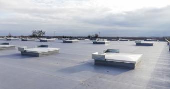 klapa dymowa z owiewkami - hala stalowa, o powierzchni 12.000 m2, dla Fagum-Stomil, inwestycja w woj. lubelskim