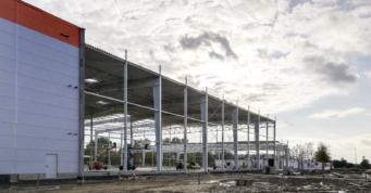 konstrukcja po montażu obudowy dachu - hala produkcyjno-magazynowa, wybudowana pod klucz, przez CoBouw Polska, dla Fagum-Stomil, w woj. lubelskim, w Łukowie