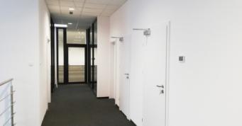 korytarz na piętrze części biurowej - nowoczena hala z biurowcem, dla Kentaur Production, projekt i budowa CoBouw Polska, Łobez, KSSSE, woj zachodniopomorskie