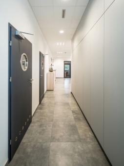 korytarz w części biurowej obiektu - hala magazynowa z częścią socjalno-biurową, wybudowana przez CoBouw Polska, dla Wet-Art, z branży zoologicznej, w Wojcieszycach